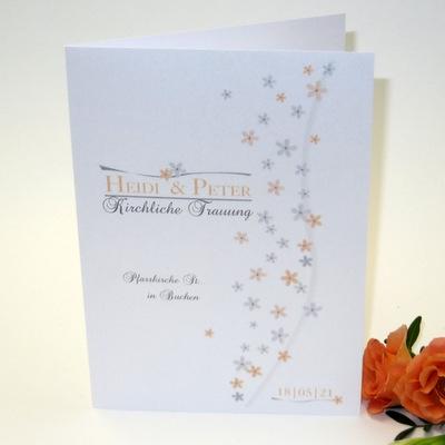 Effektvoll mit kleinen Blumen gestaltetes Kirchenheft in weiß mit apricot und grau.