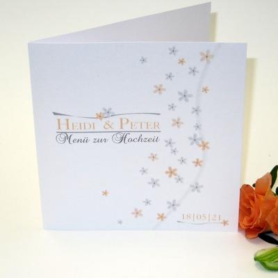 Menükarte für eine romantische Hochzeit mit filigranen Blumen in apricot und grau.