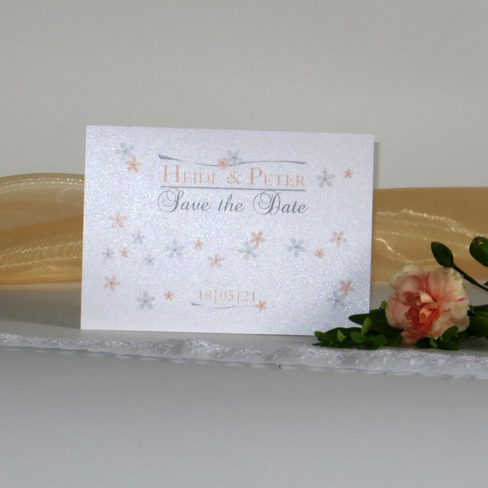 Save-the-Date-Karte mit Blumen in apricot und grau.