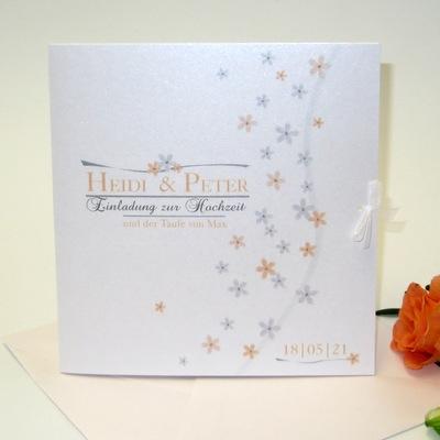 Edel schimmernde Einladungskarte zur Traufe mit kleinen Blumen in apricot und grau.