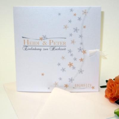 Romantische Hochzeitseinladung mit kleinen Blumen in apricot.
