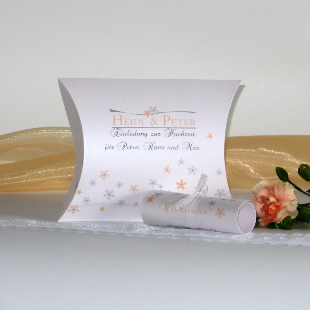 Mit Blümchen in apricot gestaltete Einladungsbox zur Hochzeit.