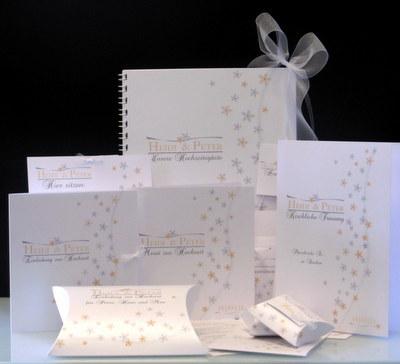 Kartenset mit kleinen Blumen für eine Hochzeit in apricot.