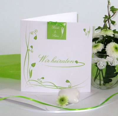 Hochzeitseinladung in grün mit Ranken und Herzen