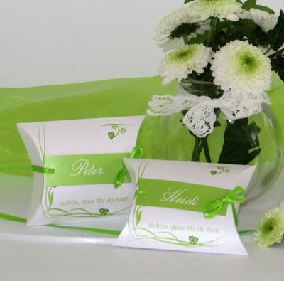 Gastgeschenke als Tischkarten in festlichem grün