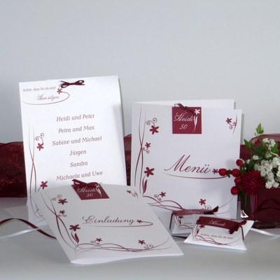 Geburtstagskarten mit einem Design aus Ranken und Blumen in rot.