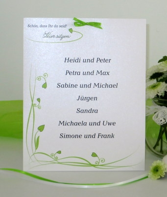 Klassische Gruppentischkarte mit grünem Rankenmotiv