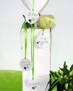 Trendige Hochzeitsanhänger mit grünen Details und Band.