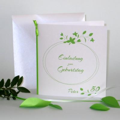 Geburtstagseinladung und Deko für eine Geburtstagsfeier in grün und weiß.