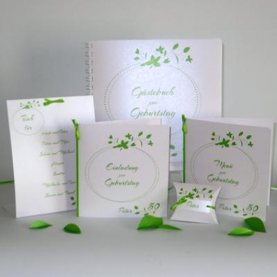 Moderne, personalisierte Geburtstagskarten mit grünen Blättern.