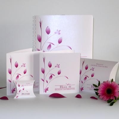 Besondere Einladungskarten und Deko für eine Geburtstagsfeier mit pinken Details.