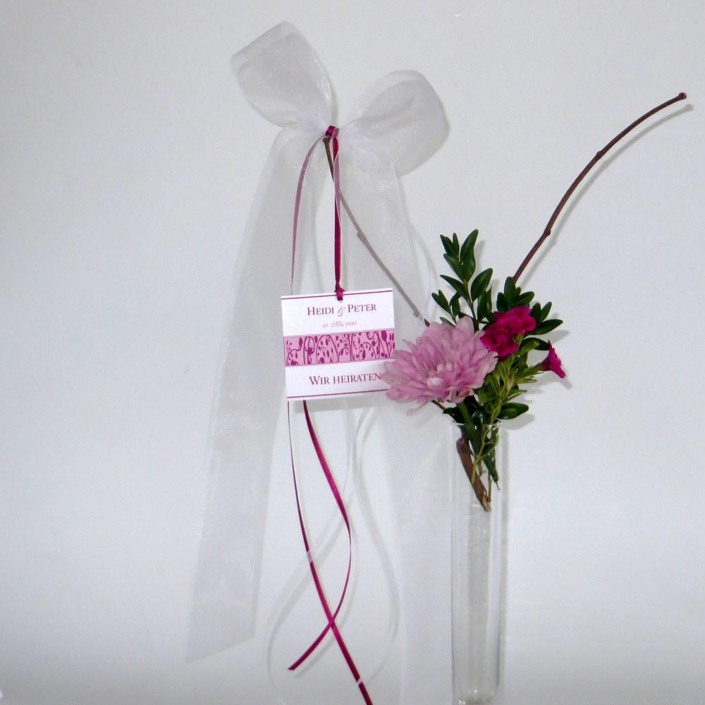 Autoschleife mit einem floralen Design in pink