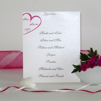 Moderne Tischkarte mit einer passenden Hochzeitsdekoration.
