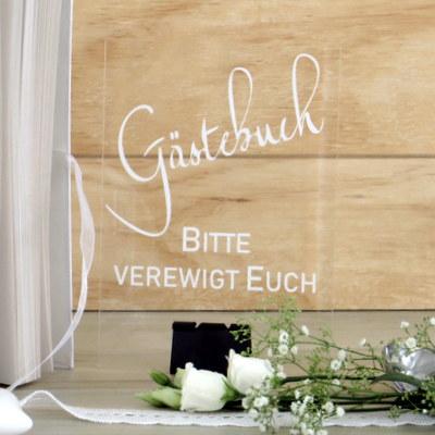 Schild für die Hochzeit aus Acryglas mit modernen Schriften und einem besonderen Design.