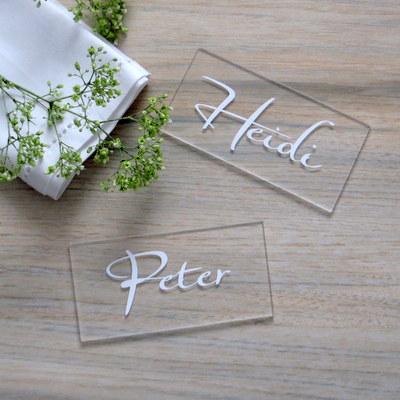 Tischkarten aus Acrylglas mit Namen in weiß - trendy und besonders.