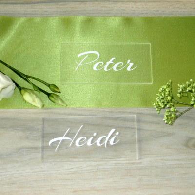 Kleine und große Schilder aus Acrylglas als Tischkarten, Hinweisschilder und Deko für die Hochzeit.