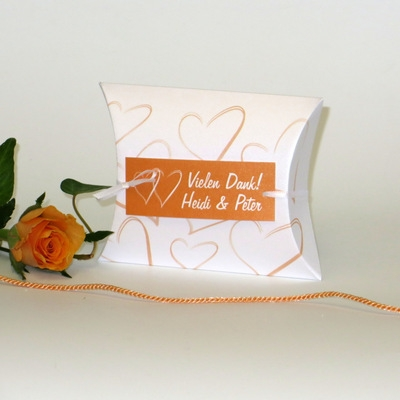 In trendy apricot gestaltetes Dankgeschenk für eine moderne Hochzeit.