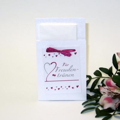 Besondere Hülle für die Freudentränen. Taschentuchtasche mit modernen Herzen in pink.