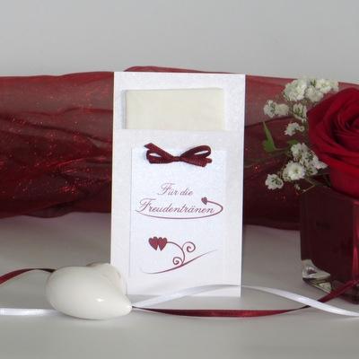 Süße Hülle für die Freudentränen mit roten Details.