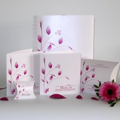 Einladungen, Tischdeko und weitere Accessoires für einen runden Geburtstag mit Details in pink