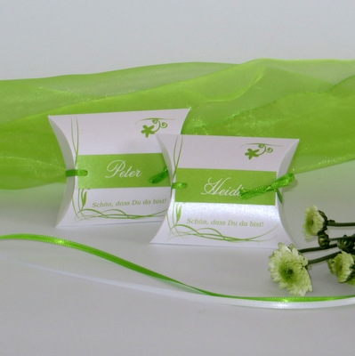 Grün-weiße Gastgeschenke für eine Geburtstagsfeier mit Namen und einem Rankendesign in frischem Grün