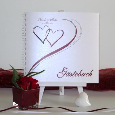 Modernes Gästebuch mit einem besonderen Design mit roten Herzen und Schriften