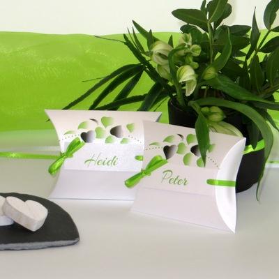 Kartonagen für Gastgeschenke mit modernen grünen Blättern.