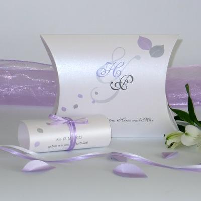 Kreative Hochzeitseinladung mit einem Design in flieder.