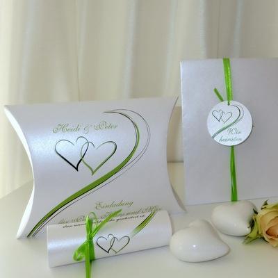 Grün-Weiße Hochzeitseinladung in ausgefallener Form.