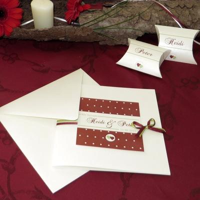 Trendige Hochzeitseinladung mit rustikalen Elementen für eine Hochzeit in Tracht.
