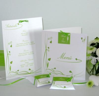 Frische Tischdekoration für eine Silberhochzeit in grün und weiß