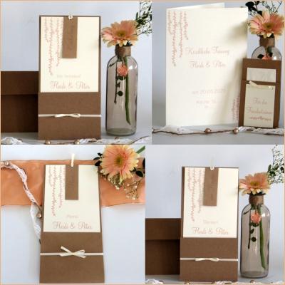 Hochzeitspapeterie mit Kraftpapier und einem zarten Kartendesign in apricot