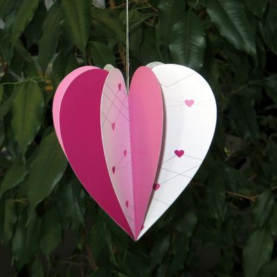 Mit kleinen Herzen bedruckter Herzhänger für die Hochzeitsdekoration