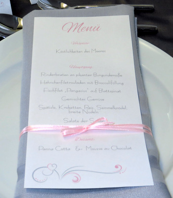 Ausgefallene Hochzeitsmenükarte als Schriftrolle.
