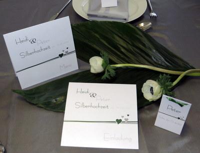 Einladungskarte zur Silberhochzeit mit passender Dekoration