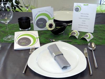 Moderne Geburtstagseinladung und eine passende Dekoration in grün und weiß.