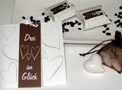 Einladungskarte zur Hochzeit mit Taufe in braun.