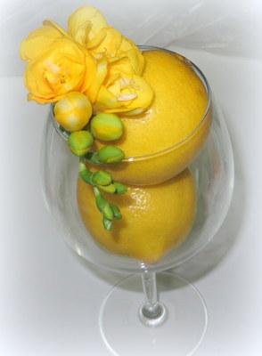 Blumendekoration mit gelben Blüten