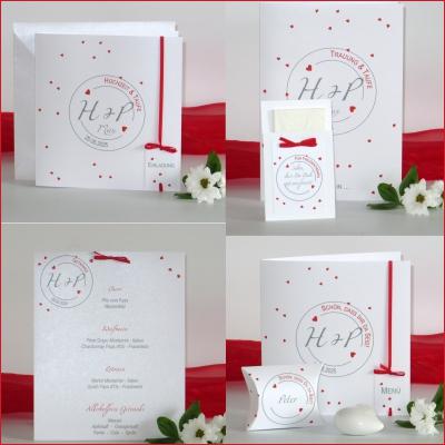 Verspielte Papeterie für eine Hochzeit mit Taufe mit romantischen roten Herzchen.