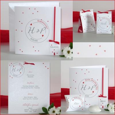 Neben Einladungen zur Silberhochzeit bietet das Kartenset mit dem Herzkonfetti viele weitere Artikel wie Tischkarten, Menükarten und auch ein Gästebuch.