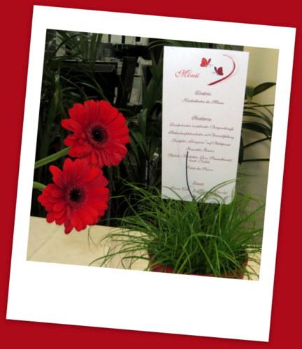 Ausgefallene Hochzeitsmenükarte mit Schmetterlingen in rot