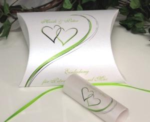 Einladungsbox mit grünen Herzen und Band.