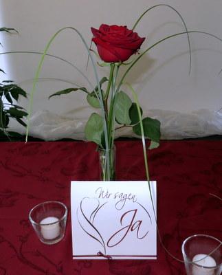 Außergewöhnliche Einladungskarte zur Hochzeit in rot und weiß.
