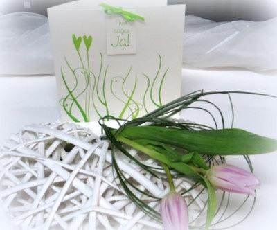 Besondere Hochzeitskarte mit einem Dekoherz in weiß und fliederfarbenen Tulpen