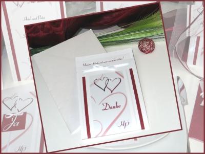 Dankeskarte zur Hochzeti mit einem Herzdesign in rot.