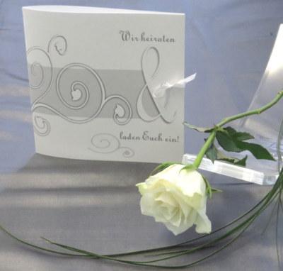 Edle Hochzeitskarte mit Ornamenten in grau und weiß.