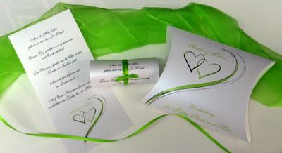 Extravagante Hochzeitseinladung mit grünen Details.