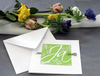 Besondere Hochzeitseinladung mit einer bunten Blumendeko.