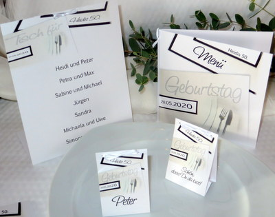 Besondere Tischkarten, Einladungen und Menükarten für eine Geburtstagsfeier.