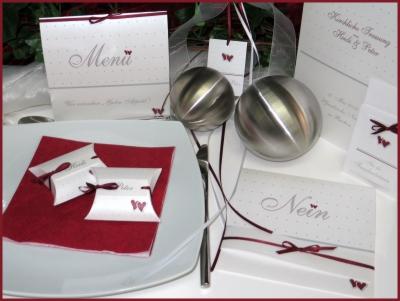 Außergewöhnliche Hochzeitskarten mit einer modernen Hochzeitsdeko in rot, weiß und silber.
